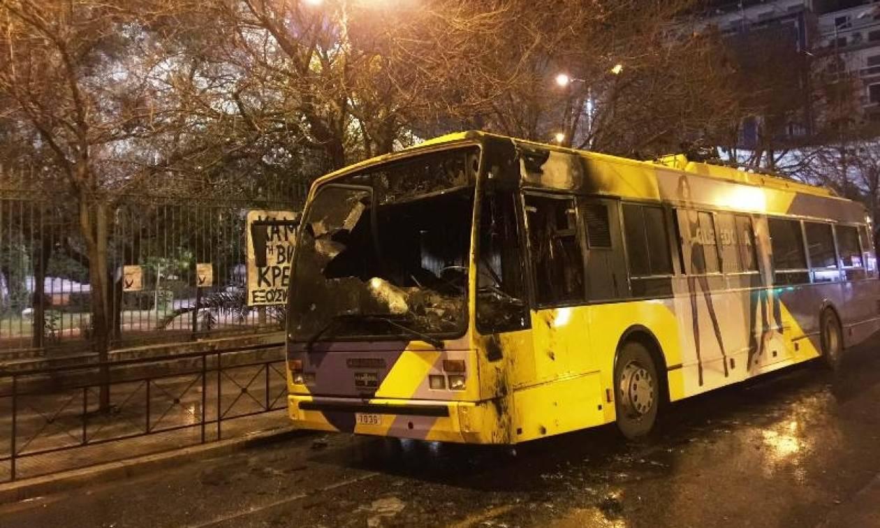 Κουκουλοφόροι έβαλαν φωτιά σε τρία τρόλεϊ στην Πατησίων (pics&vids)