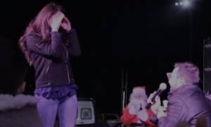 Θεσσαλονίκη: Συγκινητικό! Της έκανε πρόταση γάμου μπροστά σε χιλιάδες Άγιους Βασίληδες
