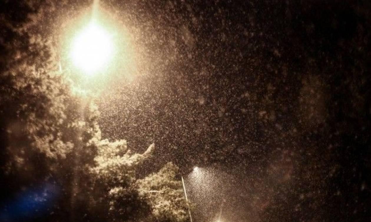 ΤΩΡΑ: Χιονίζει στα βόρεια προάστια της Αττικής