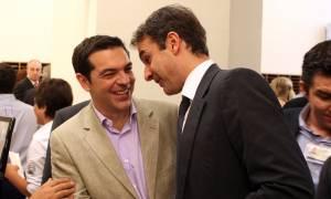 Η χαλαρή συνάντηση Τσίπρα – Μητσοτάκη στη Βουλή: Στο επίκεντρο το... ποδόσφαιρο