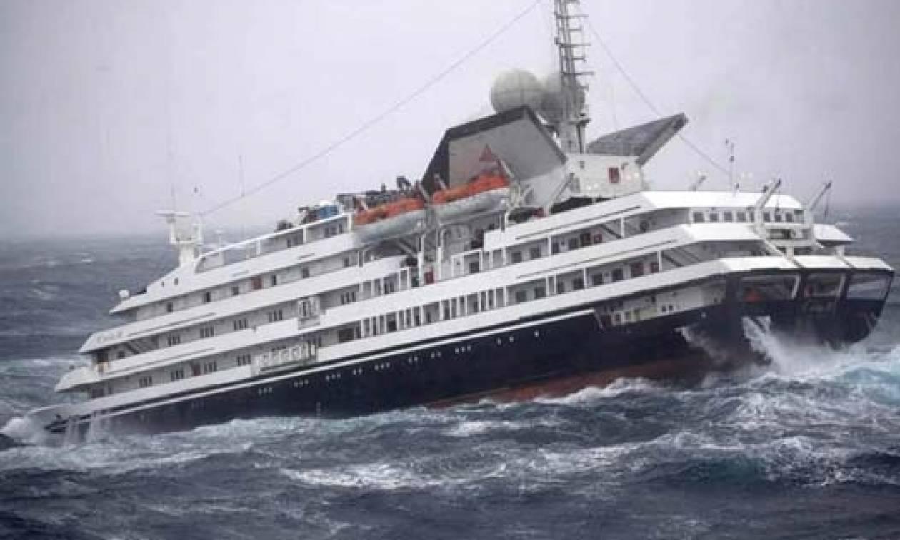 Δέκα πλοία δίνουν μάχη με κύματα που φτάνουν τα 30 μέτρα - Αντέχετε να δείτε το βίντεο;