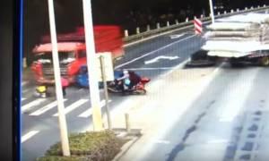 Τρομακτικό τροχαίο: Φορτηγό παρασύρει 3χρονο αγόρι κάτω από τις ρόδες του (video)