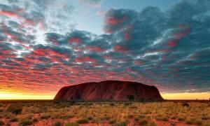 Αυστραλία: Ο μονόλιθος Ουλουρού έγινε καταρράκτης και παρέσυρε επτά τουρίστες (Vids)