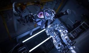 Ο «πατέρας» του Ρόμποκοπ και του Εξολοθρευτή έφτιαξε το πρώτο επανδρωμένο ρομπότ στον κόσμο (Vids)