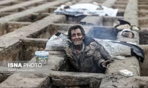 Ραγίζουν καρδιές από τις εικόνες αστέγων που κοιμούνται σε τάφους για να ζεσταθούν (Pics)