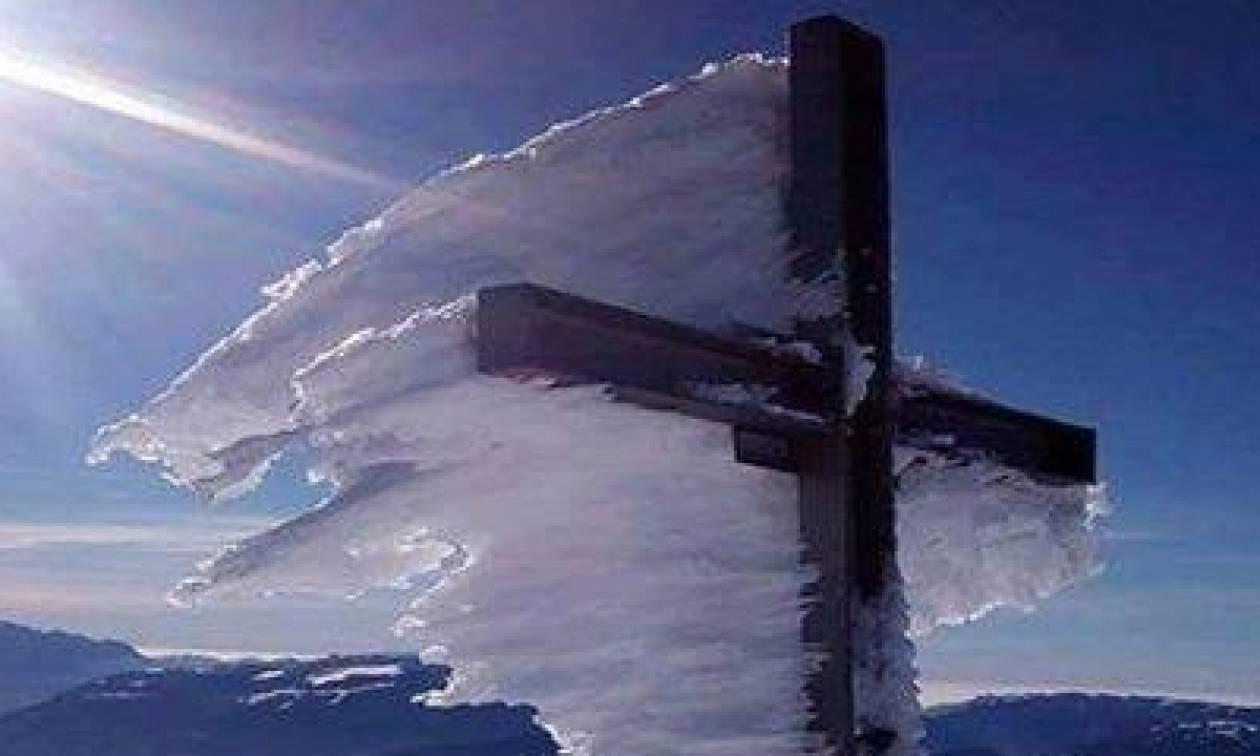 Καιρός: Η φωτογραφία του σταυρού στον Ψηλορείτη που προκαλεί ανατριχίλα