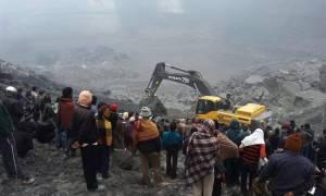 Σοκ στην Ινδία: 9 νεκροί - Τους καταπλάκωσαν τόνοι λάσπης (photos)