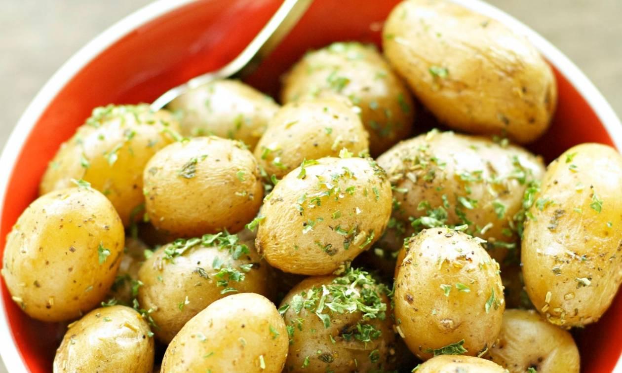 Είστε έτοιμοι να φτιάξουμε πατάτες με αρωματική σάλτσα;