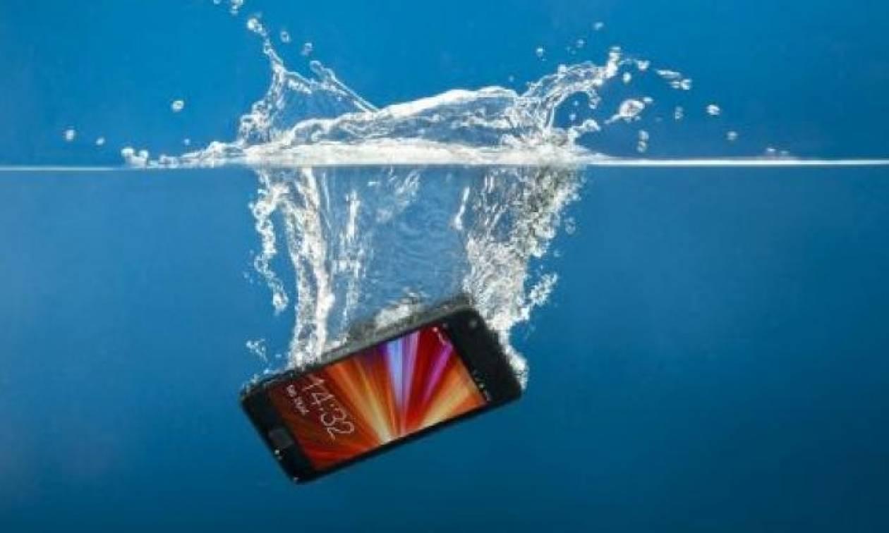 Έπεσε το κινητό σου σε νερό; Διάβασε τι ακριβώς πρέπει να κάνεις για να το σώσεις!