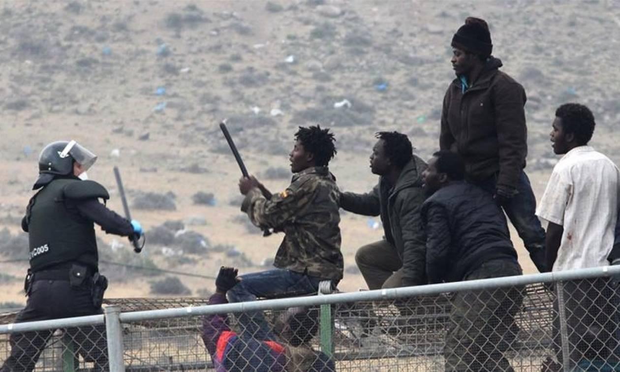 Μαζική έφοδος εκατοντάδων μεταναστών σε ισπανικό έδαφος (Vid)