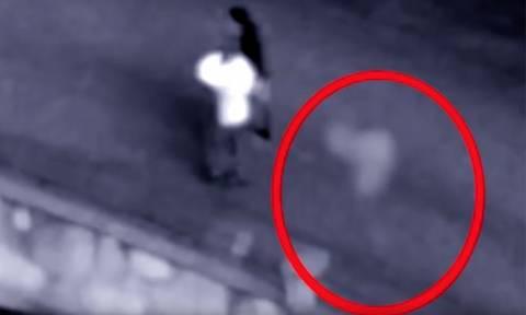 Viral: Δεν θα περπατήσετε ξανά μόνοι σας! Κάμερα «πιάνει» φάντασμα να ακολουθεί ζευγάρι (vid)