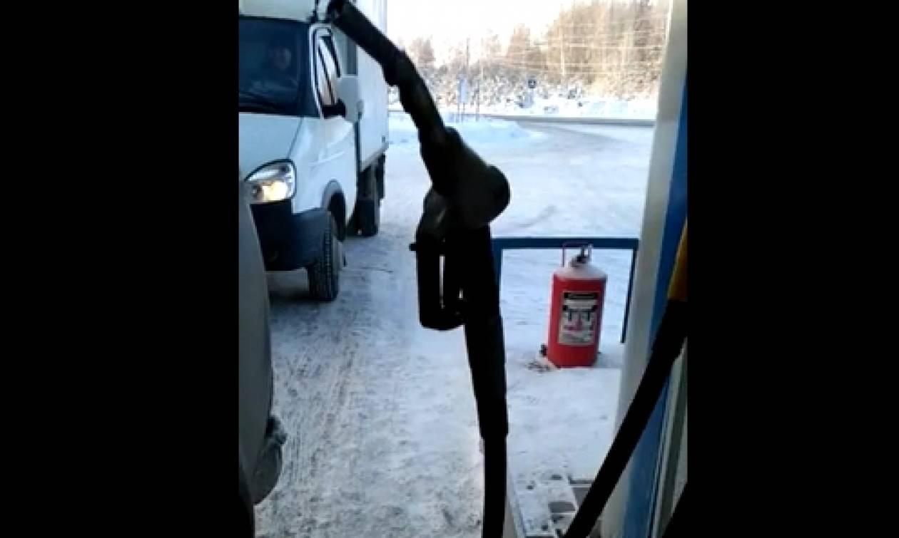 Παγετός... πάγωσε αντλία βενζίνης και εκείνη στέκεται όρθια στον... αέρα (video)