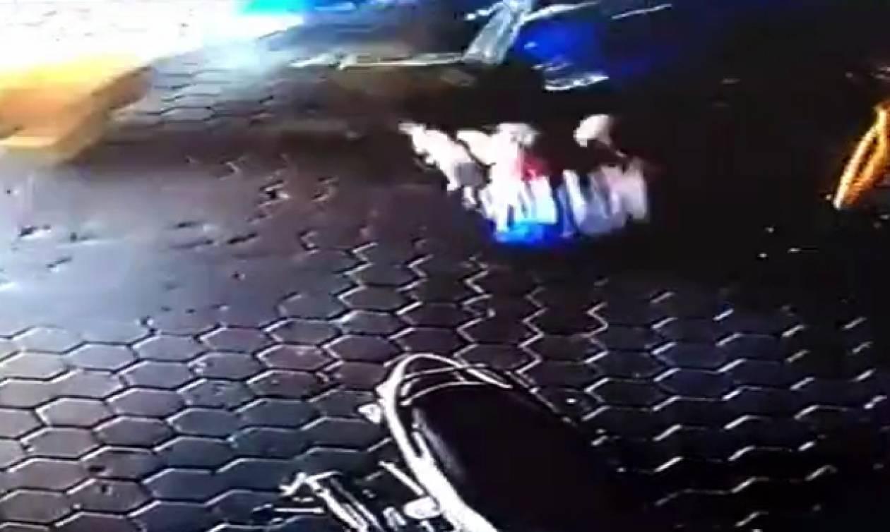 Σούπερ μπαμπάς σώζει τα δύο παιδιά του πριν αυτά χτυπηθούν από αυτοκίνητο (video)