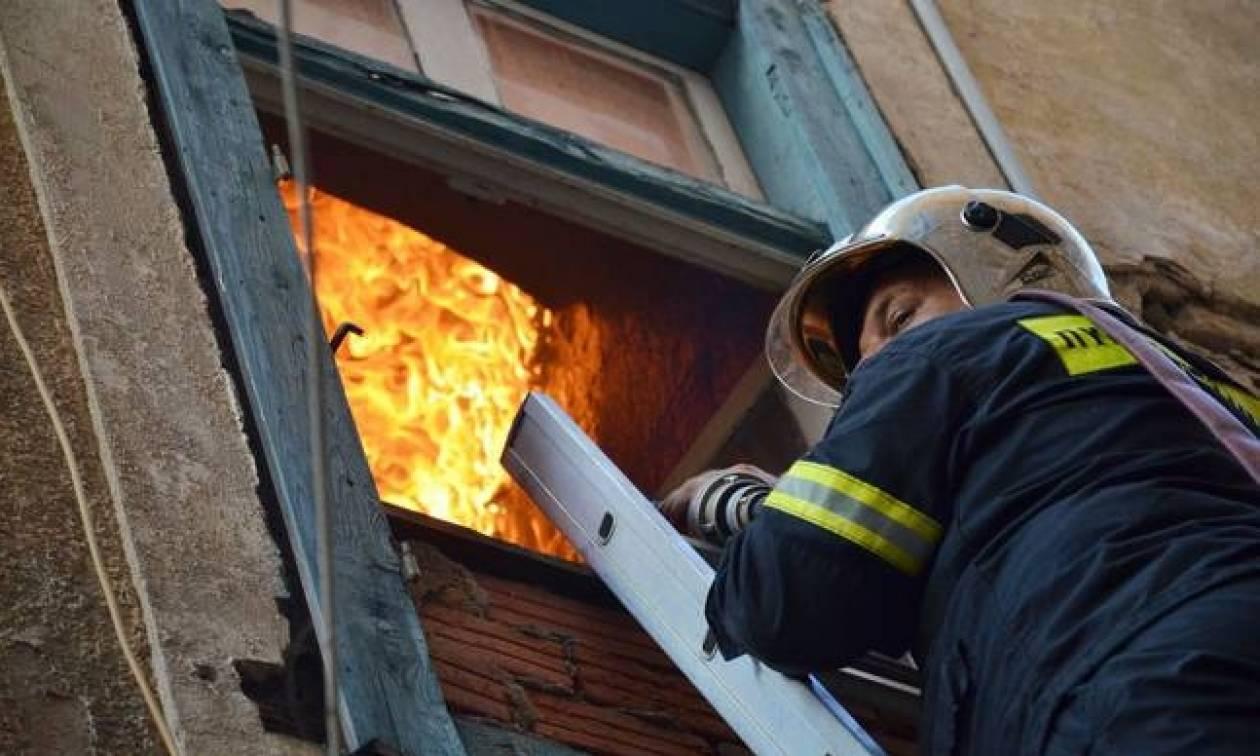 Πυρκαγιά σε διαμέρισμα στη Αγία Βαρβάρα - Απεγκλωβίστηκαν τρία άτομα