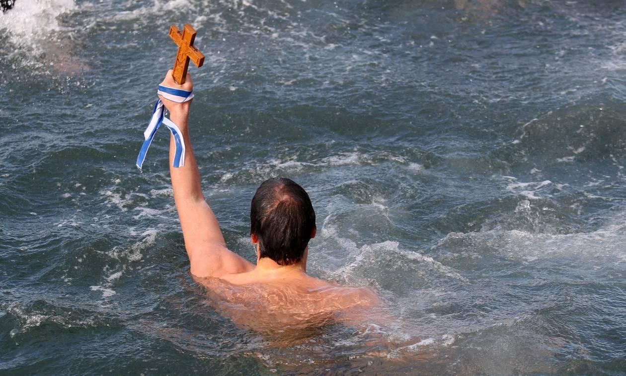Θεοφάνεια: Με λαμπρότητα εορτάστηκε ο Αγιασμός των Υδάτων σε όλη την Ελλάδα (pics+vids)