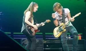 Μία 19χρονη ομογενής κλέβει την παράσταση σε συναυλία του Keith Urban (video)