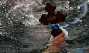 Θεοφάνεια: Έπιασε τον σταυρό για πρώτη φορά στη ζωή του και έγινε viral - Δείτε γιατί (pic)