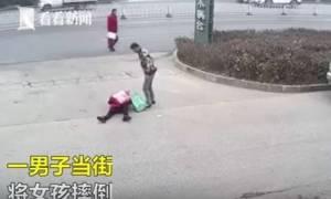 Σκληρές εικόνες: Άνδρας κλωτσά στο κεφάλι τη σύντροφό του (vid)