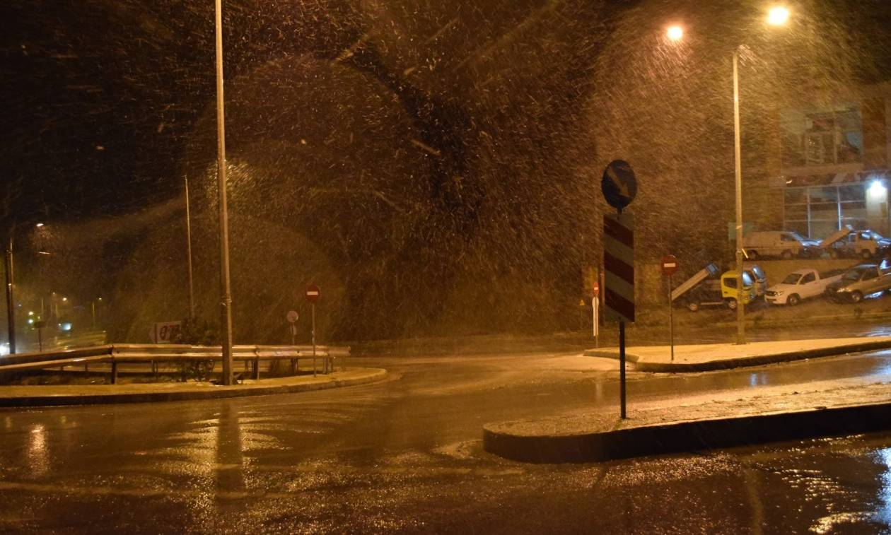 Καιρός: Η επέλαση της «Αριάδνης» - Θάφτηκε στο χιόνι η Μυτιλήνη (video)