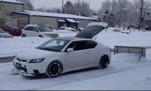 Χιονιάς Αριάδνη: Αποκλειστήκατε; Κάντε το αυτοκίνητό σας... εκχιονιστικό με μια κίνηση (video)