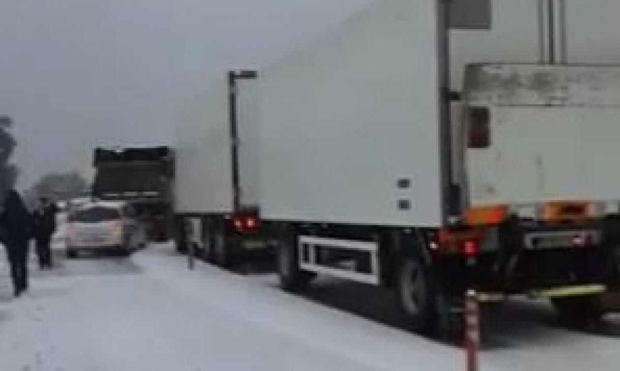 Καιρός: Τροχαίο στη χιονισμένη Εθνική Οδό Κορίνθου - Πατρών (vid)
