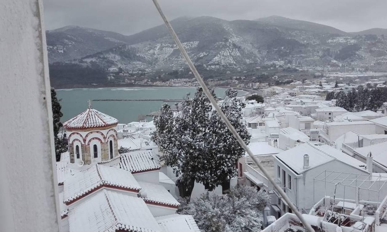 Καιρός Live: Σε αυτή την πόλη το χιόνι έφτασε μέχρι τη θάλασσα!
