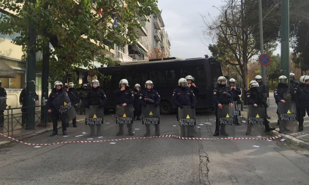 Γραφεία ΣΥΡΙΖΑ: Συγκέντρωση υπέρ της Πόλα Ρούπα