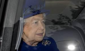 «Θαύμα» στην Αγγλία: «Αναστήθηκε» η βασίλισσα Ελισάβετ κι έκανε δημόσια εμφάνιση (Pics)