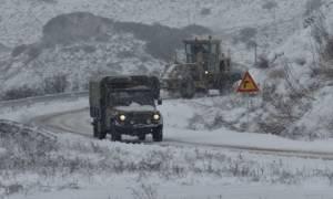 Καιρός ΤΩΡΑ: Στο έλεος του χιονιά η Κύμη - Μηχανήματα του στρατού για να ανοίξουν οι δρόμοι
