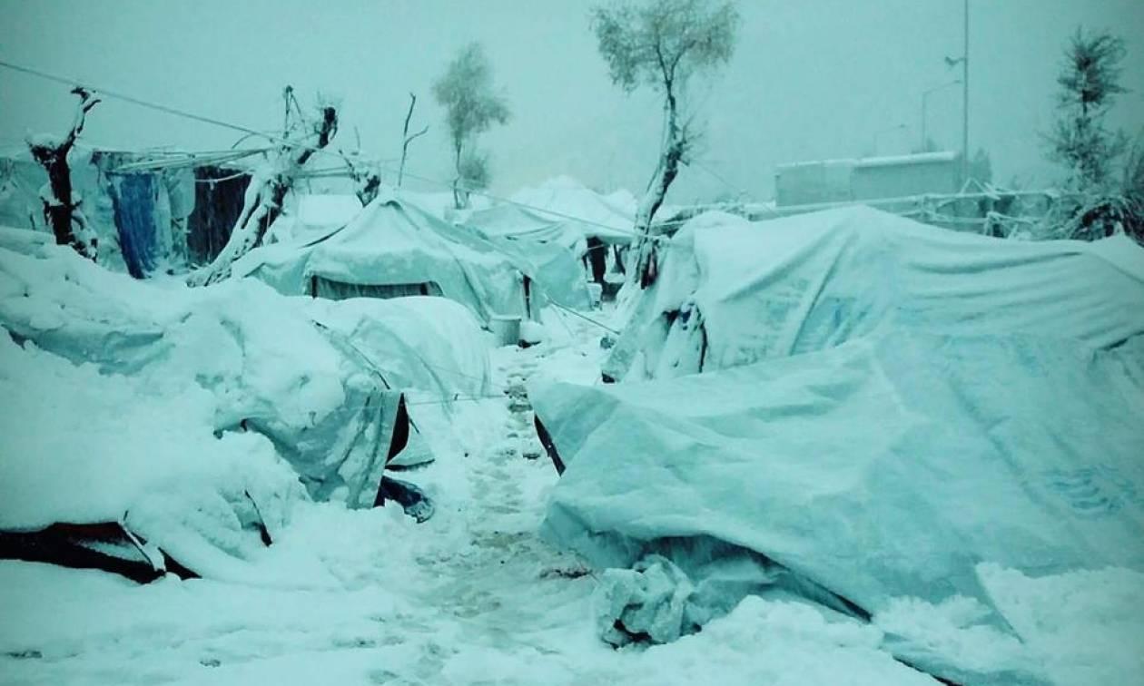 Καιρός: «Θαμμένοι» στο χιόνι πρόσφυγες και μετανάστες στον καταυλισμό της Μόριας