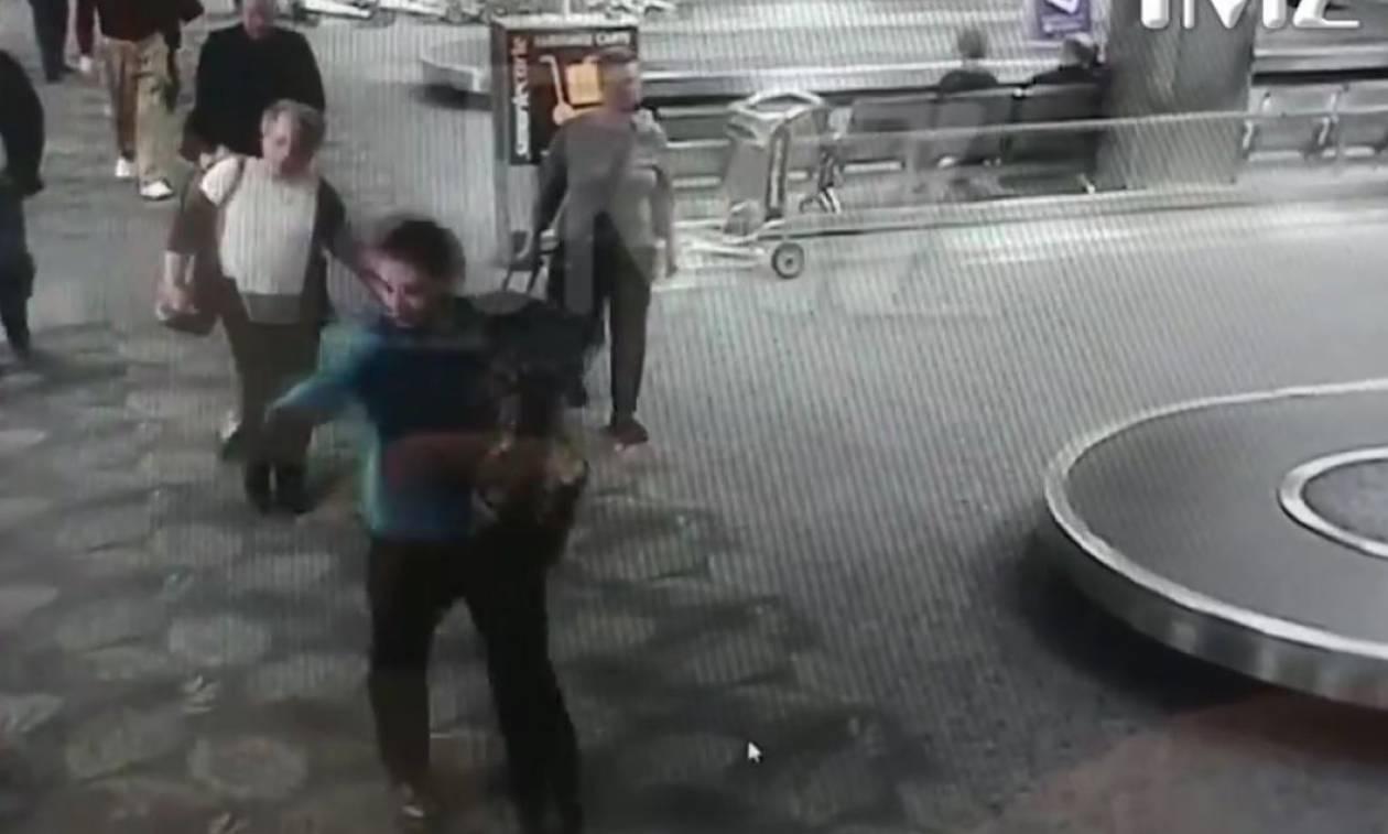 Επίθεση Αεροδρόμιο Φλόριντα: Η στιγμή που ο μακελάρης πυροβολεί εν ψυχρώ επιβάτες (ΣΚΛΗΡΕΣ ΕΙΚΟΝΕΣ)