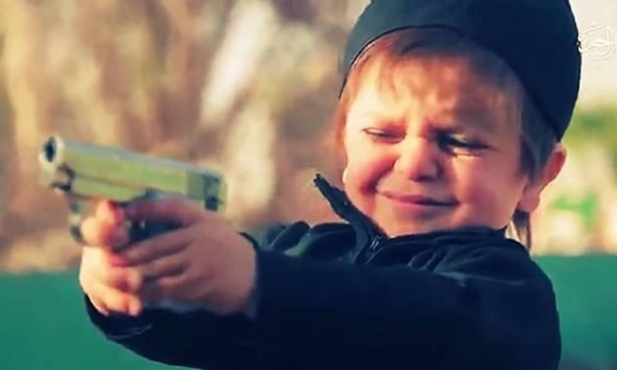 Νέο φρικιαστικό βίντεο του ISIS δείχνει μικρό αγόρι να εκτελεί κρατούμενο