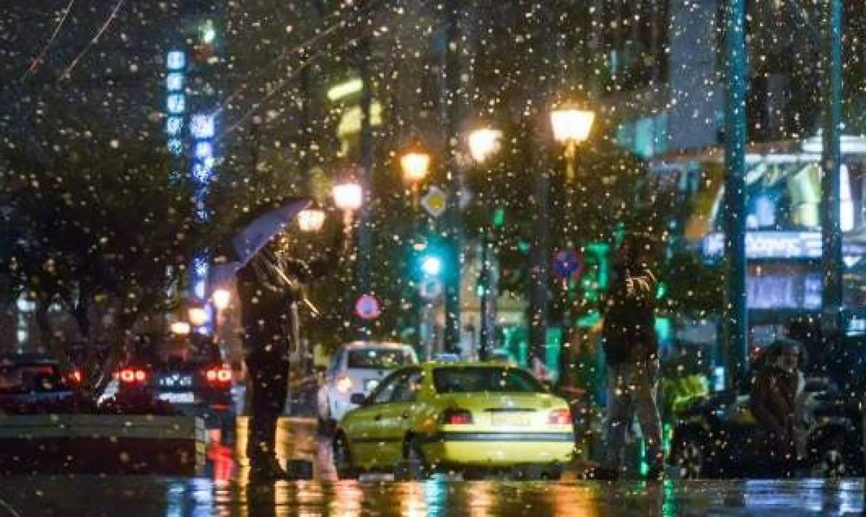 Καιρός Αθήνα: Χιονίζει τώρα στο κέντρο - Το έστρωσε στα βόρεια προάστια (vid)