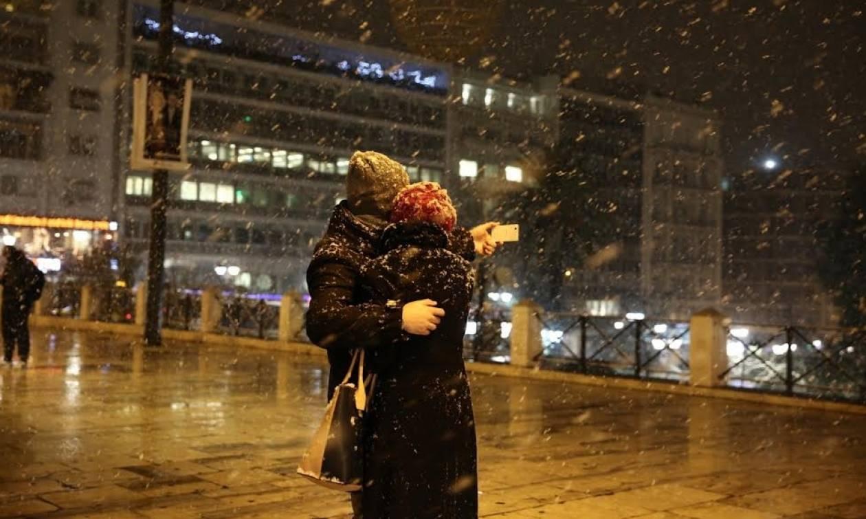 Καιρός ΤΩΡΑ: Εντυπωσιακές εικόνες από το χιονισμένο Σύνταγμα  (pics+vids)