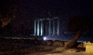 Καιρός Αθήνα: Το έστρωσε μέχρι και στην Πλάκα - Πυκνή χιονόπτωση σε όλη την Αττική