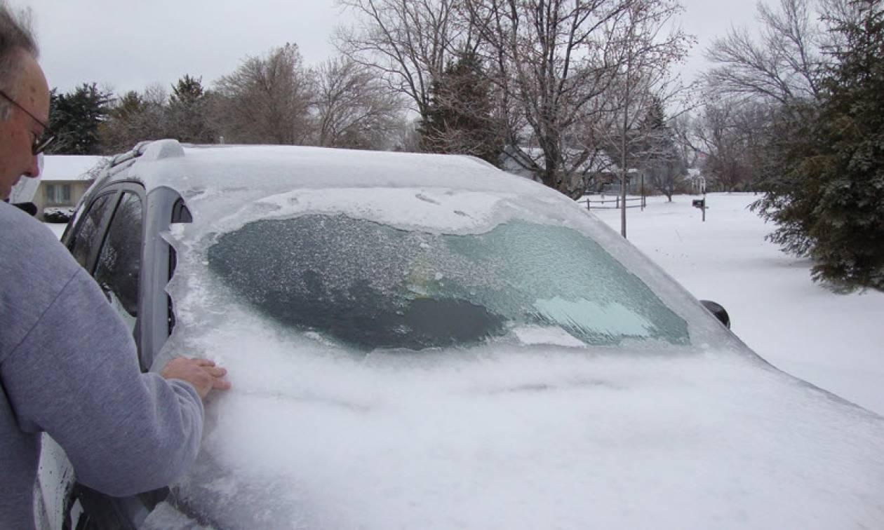 Καιρός: Πώς θα βγάλετε σωστά το χιόνι και τον πάγο από το αυτοκίνητο (vid)