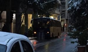 Πυροβολισμοί έξω από τα γραφεία του ΠΑΣΟΚ - Τραυματίστηκε αστυνομικός (pics + vid)