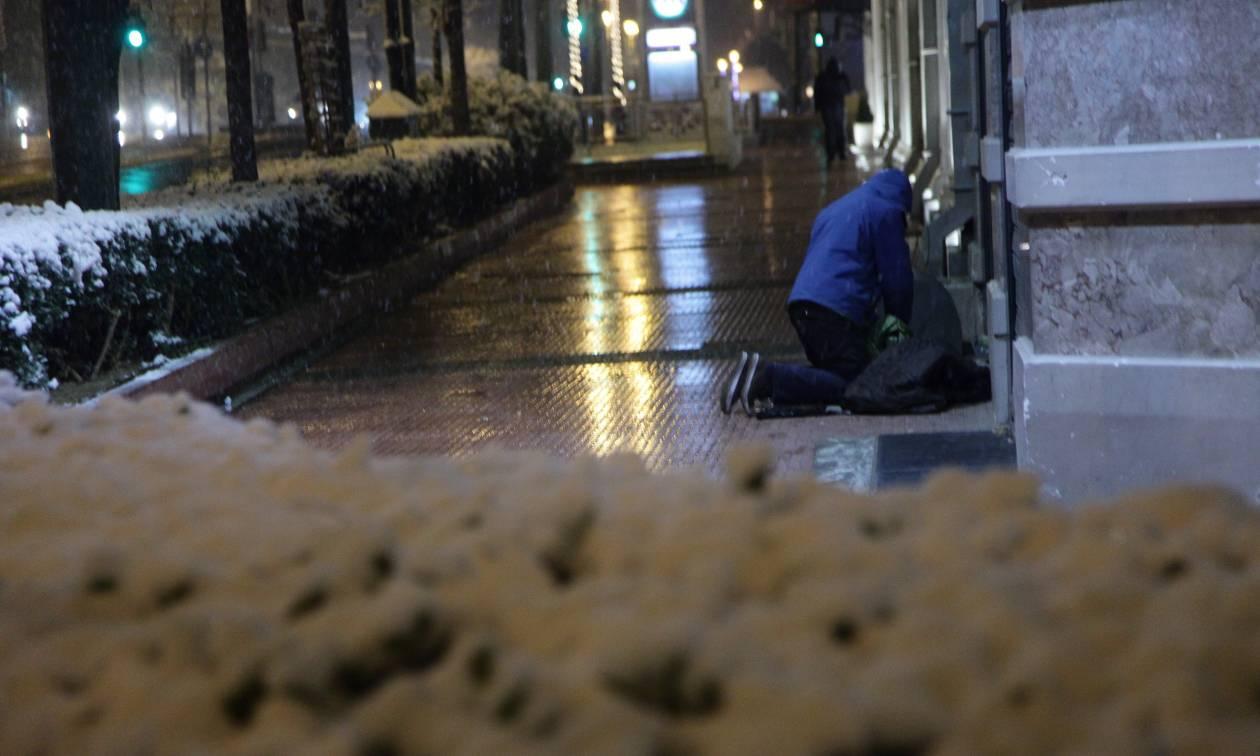 Απανθρωπιά και ντροπή: Δημοτικός υπάλληλος πέταξε στο δρόμο άστεγους, επειδή σχόλασε!