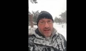 Καιρός Θεσσαλονίκη: «Θάφτηκε» στο χιόνι ο Σάκης Αρναούτογλου - Δείτε το απίστευτο βίντεο!
