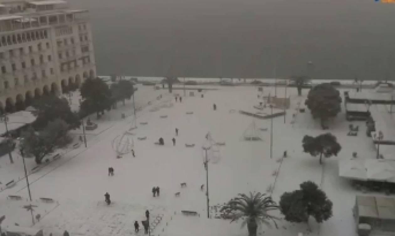 Καιρός Θεσσαλονίκη: Θαμμένη στο χιόνι ΤΩΡΑ η Αριστοτέλους – Live Camera