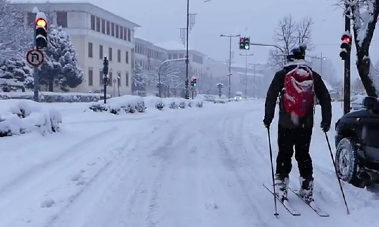 Καιρός: Μόνο με... σκι η κυκλοφορία στο κέντρο της πόλης των Ιωαννίνων (video)