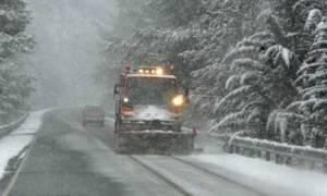 Καιρός: «Μάχη» με το χιόνι για να ανοίξουν οι δρόμοι στη Ήπειρο