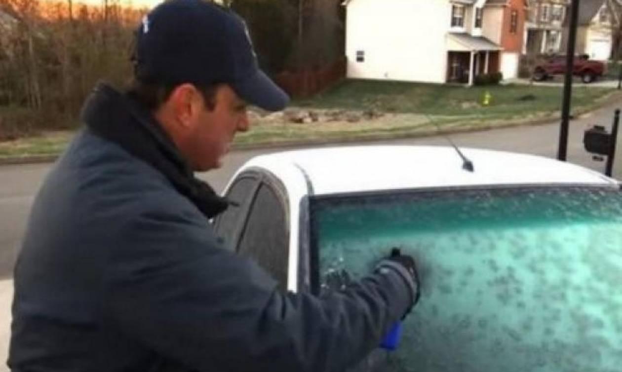 Το απόλυτο κόλπο για να διώξετε αμέσως τον πάγο από το παρμπρίζ του αυτοκινήτου σας (video)