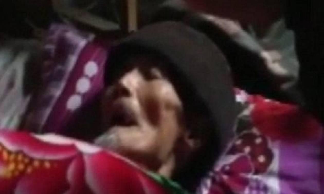 Επαθαν σοκ: Εκλαιγαν πάνω απ' το φέρετρο το νεκρό, όταν εκείνος σηκώθηκε όρθιος... (video)