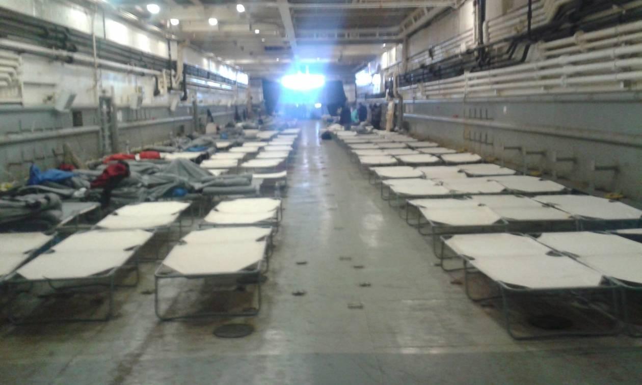 Αποκλειστικό: Το Newsbomb.gr μέσα στο αρματαγωγό του Πολεμικού Ναυτικού που φιλοξενεί πρόσφυγες