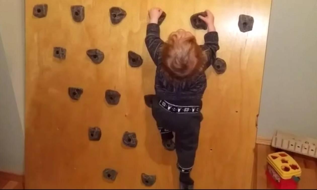 Βλέπετε ένα μωρό να μπουσουλάει; Κι όμως; Αυτό που κάνει, πραγματικά, θα σας τρομάξει (Video)