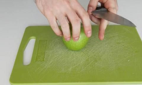Απίθανο κόλπο: Κόψτε το μήλο σας και κρατήστε το φρέσκο όσες ώρες θέλετε (video)