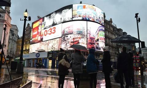 Βρετανία: Γιατί έπεσε «μαύρο» στις γιγαντοοθόνες του Πικαντίλι Σέρκους; (pics+vid)