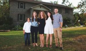 Μαμά τεσσάρων παιδιών, έχτισε μόνη της σπίτι με tutorial βίντεο από το YouTube