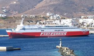 Πρόσκρουση πλοίου στο λιμάνι της Τήνου